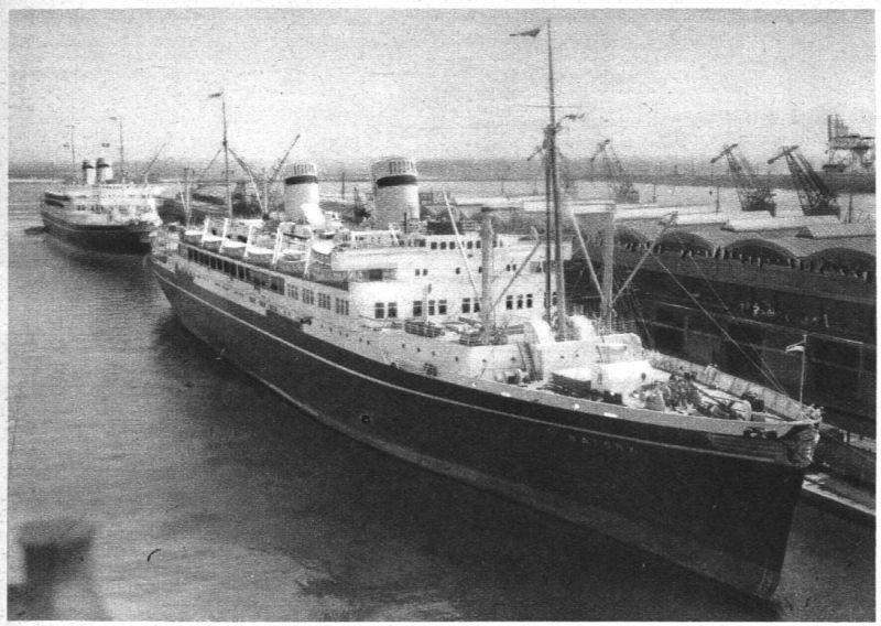 """MS """"Batory"""" iMS """"Piłsudski"""" zacumowane przy Dworcu Morskim wGdyni 18 grudnia 1937. fot.Wikimedia"""