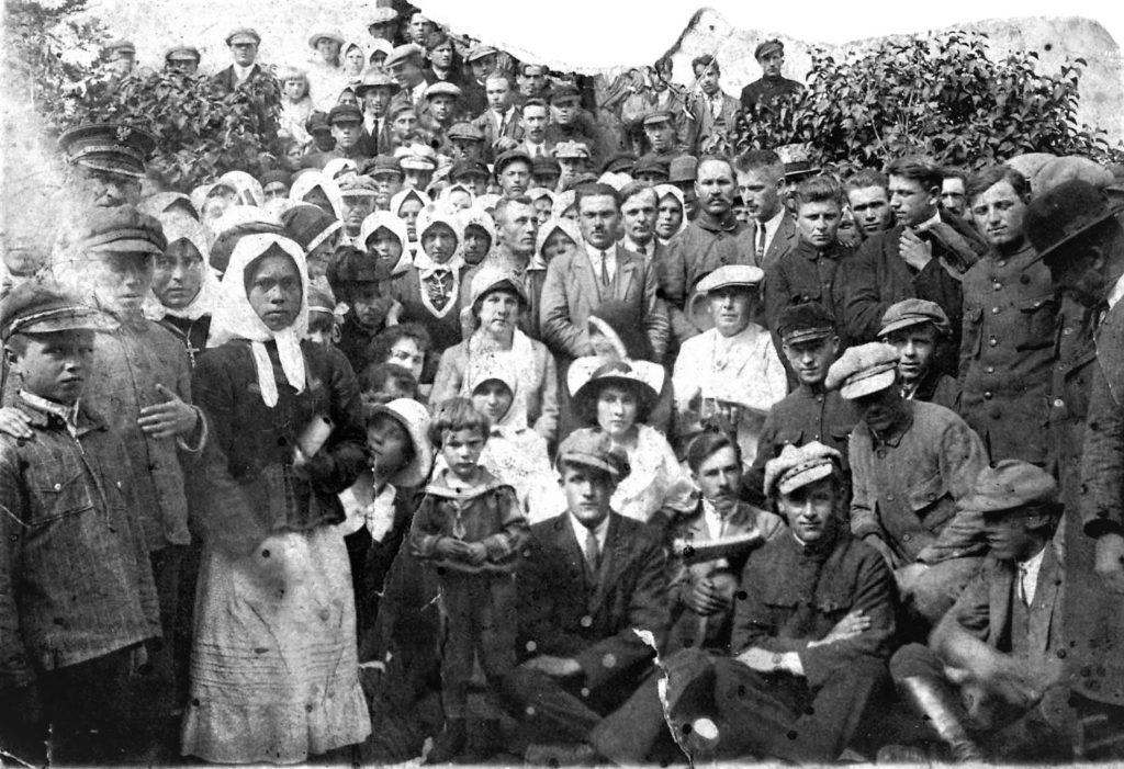 Zdjęcie mieszkańców Burakówki czekające naidentyfikację. Zdjęcie zezbiorów Józefa Szczepanika.