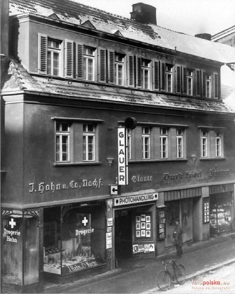 Lata 1925-1935 , Kamienica przy Krakowskiej 34a. Wniej mieściło się atelier słynnego opolskiego fotografa Maxa Glauera. Zdjęcie pochodzi zrodzinnych zbiorów prawnuków fotografa. Fot.Fotopolska.eu.