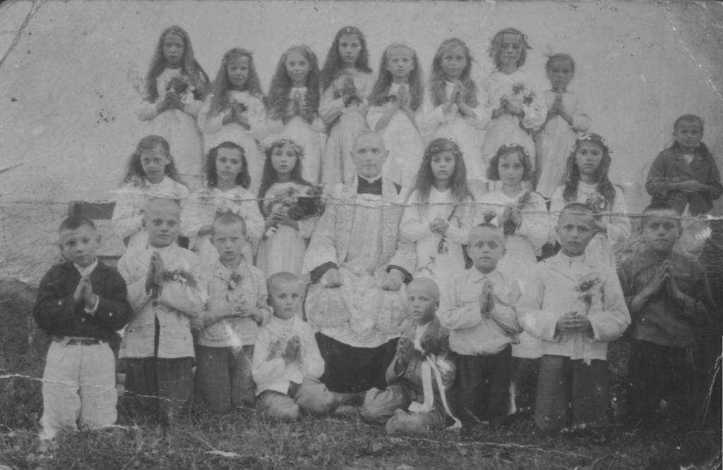 Ksiądz Ryszard Dola zdziećmi zBurakówki