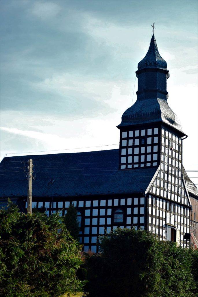 Piękny szachulcowy kościół pw.Św. Trójcy powstały wlatach 1729-1734
