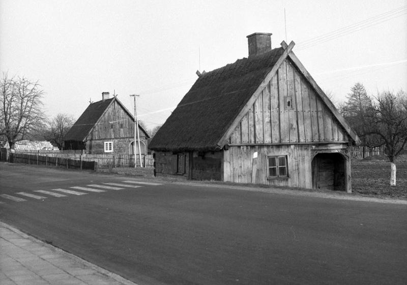 Chaty podcieniowe wSilnie, fot.A. Błachowski, 1974. Źródło: