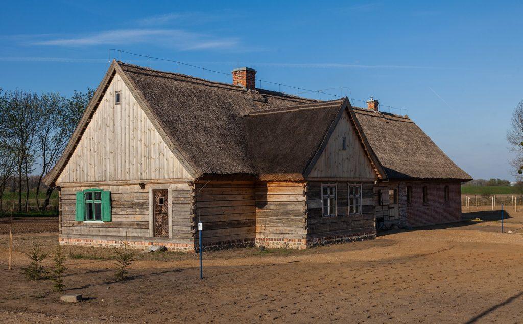 Zdjęcie olęderskiej chaty wOlęderskim Parku Etnograficznym wWielkiej Nieszawce podToruniem